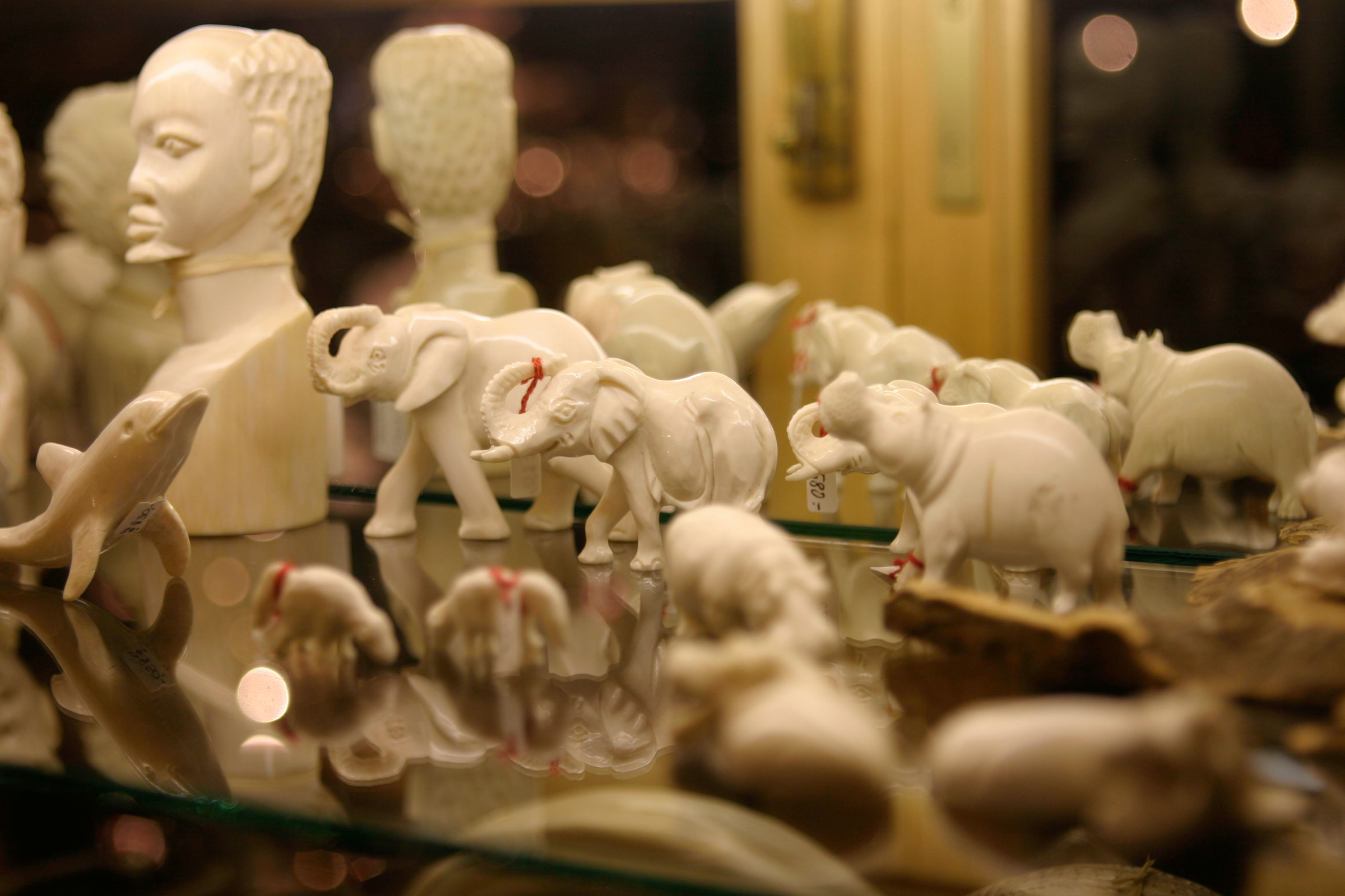 Geschnitzte Figuren aus Elfenbein