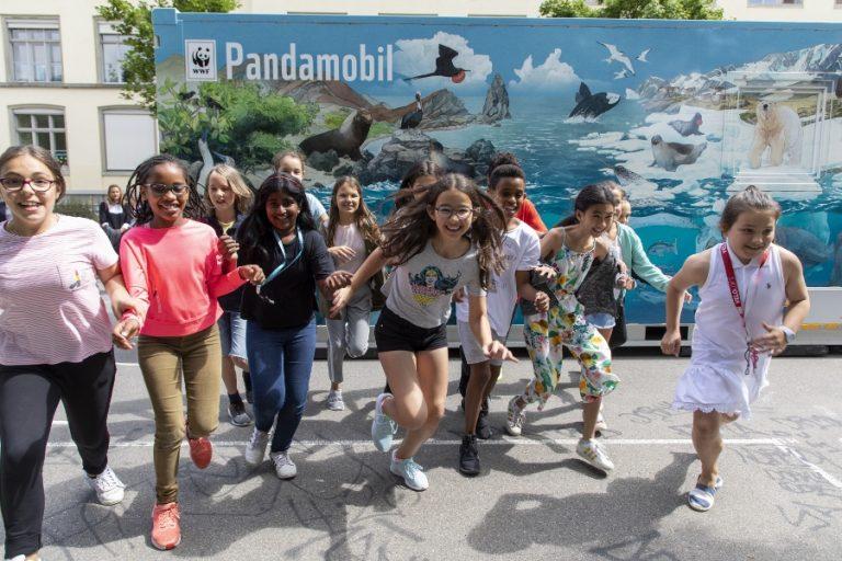 Il Pandamobil è arrivato in una scuola.