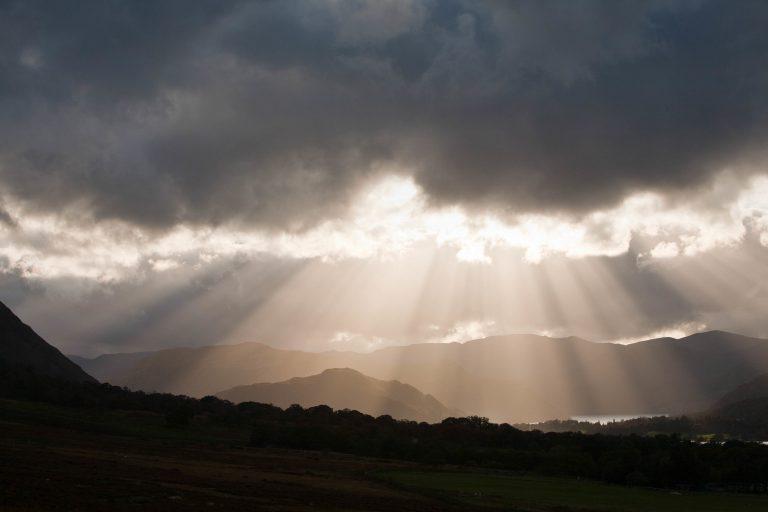 Raggi di sole attraverso le nuvole