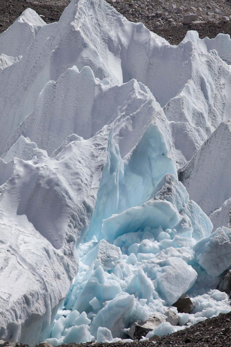Schmelzender Gletscher am Fuss des Mount Everest in Nepal